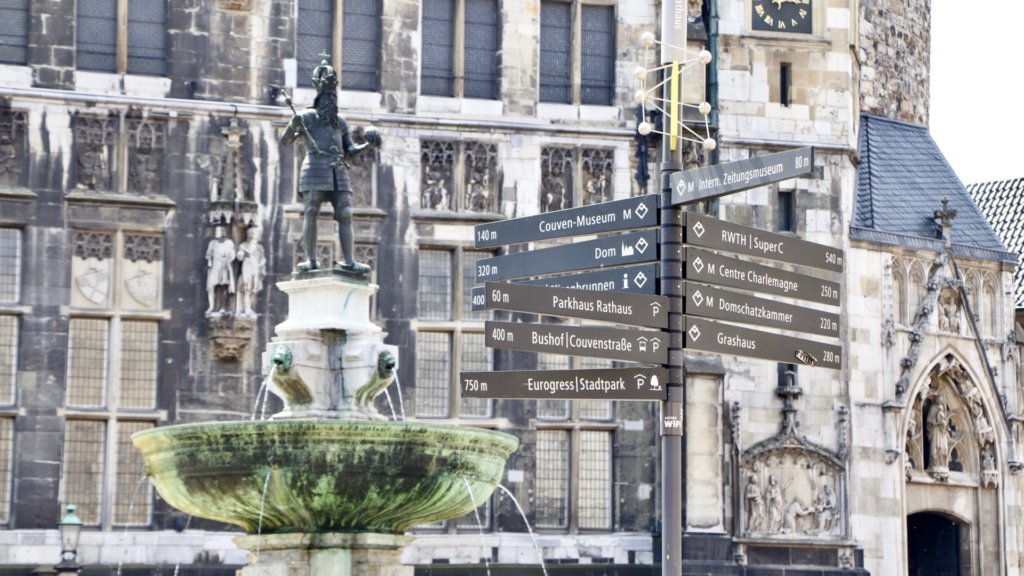 Marktbrunnen mi Kaiser Karl und Wegweisern