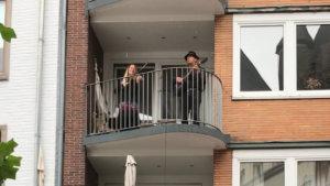 In Zeiten von Corona stellt sich Straßenmusik einmal mehr den Herausforderungen: Bärbel Ehlert (Dipl. Musiktherapeutin, Mitglied bei »Radelnde Musiktherapeuten«) und ihr Partner musizieren zuweilen vom Balkon am Markt. Mit viel Elan und Virtuosität erreichen Sie dennoch die Passanten. Lebendig ist ihre Musik und lädt zum beschwingten Bummeln ein. So macht Aachen erst so richtig Spaß!